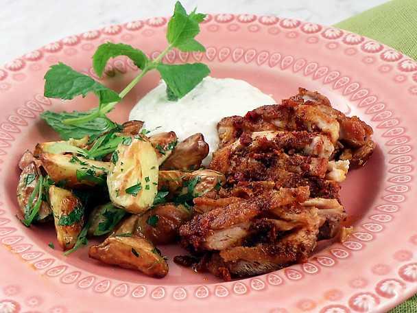 Kycklingkebab med myntasås och örtpotatis