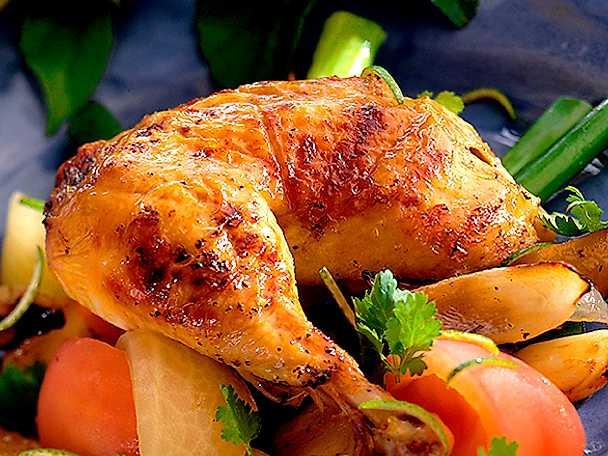 Kycklingklubba med potatisklyftor, äpple och tomat