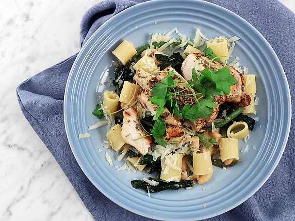 Kycklingpasta med svartkål och bönor