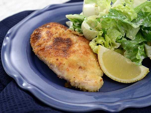 Kycklingschnitzel med sallad och sardelldressing