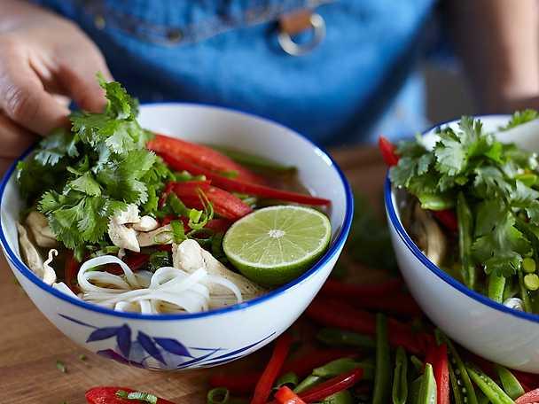 Kycklingsoppa med risnudlar och krispiga grönsaker