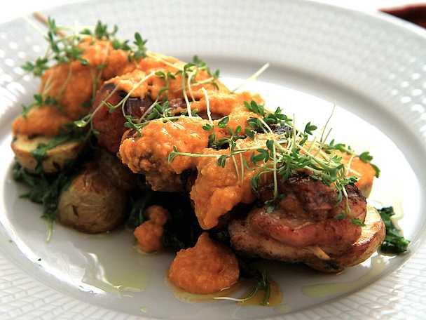 Kycklingspett med chorizo och romescosås