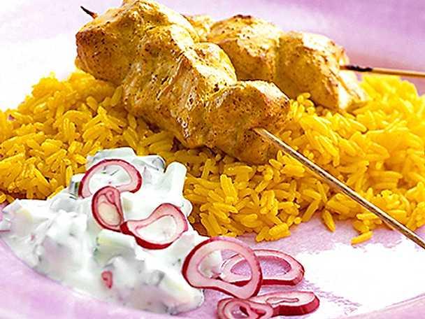 Kycklingspett med saffransris och gurksås
