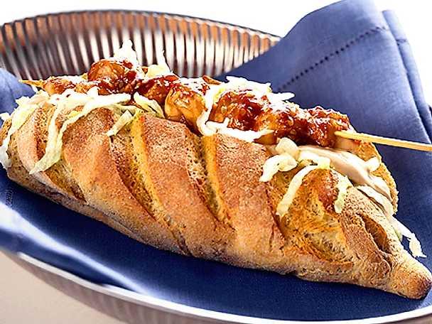 Kycklingspett med sesam i bröd