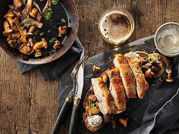 KycklingSteak med levainbröd, säsongens svamp och rostad vitlökscrème