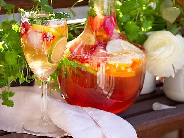 Läskande rosésangria med jordgubbar