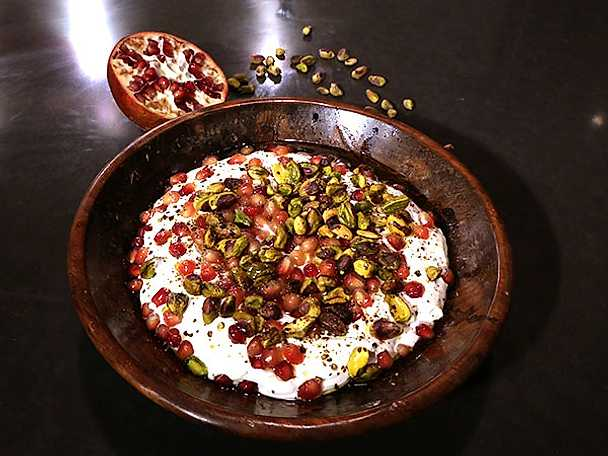 Labneh med granatäpple och pistagenötter