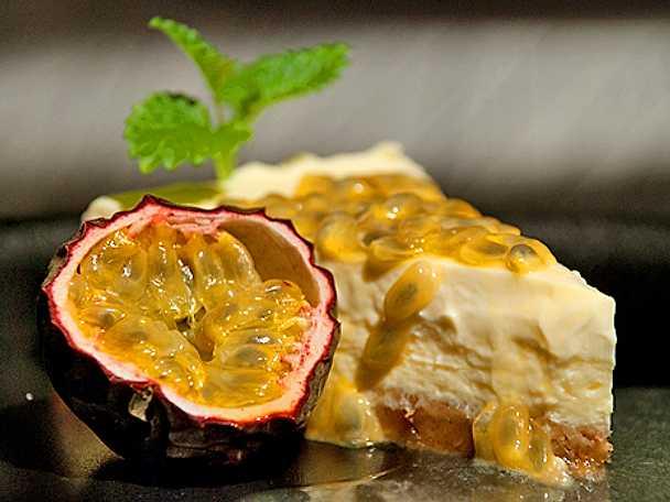 Läcker cheesecake i fruktsällskap