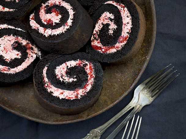 Lakritsrulltårta med hallonmarängfrosting