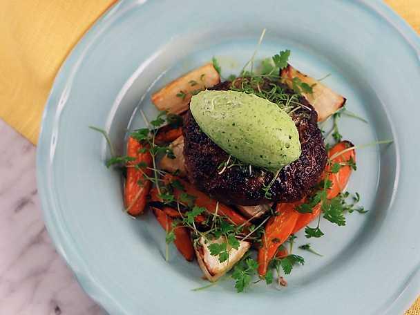 Lammfärsbiffar med rostade grönsaker och vitlökssmör