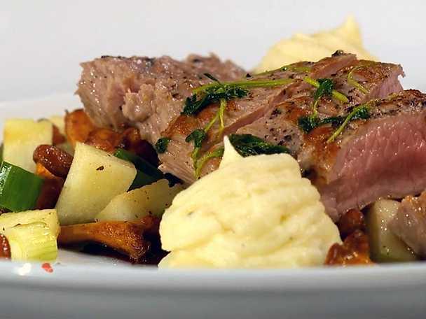 Lammfilé med blomkål- och potatispuré, kantarellpytt och rödvinssås