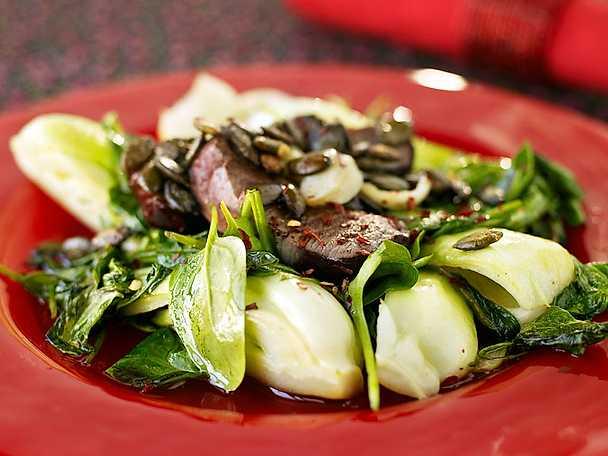 Lammfilé med svamp, nötter och stekt pak choi