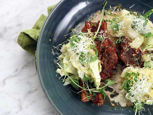 Lammkotlett med parmesan- och timjanstuvad spetskål