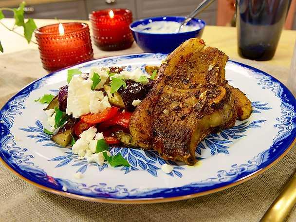 Lammkotletter med rostad aubergine, fetaost och sesamyoghurt