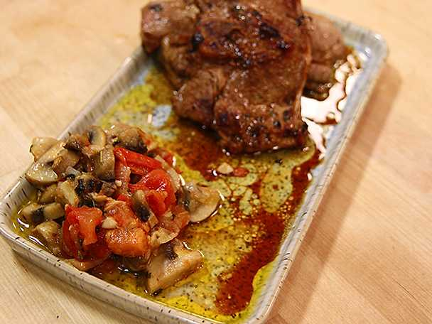 Lammkotletter med tomat- och lökstekt svamp