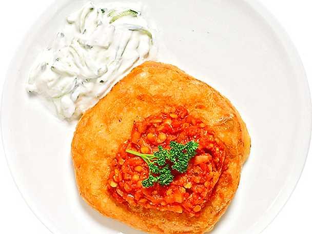Langos med tomatröra och tzatziki