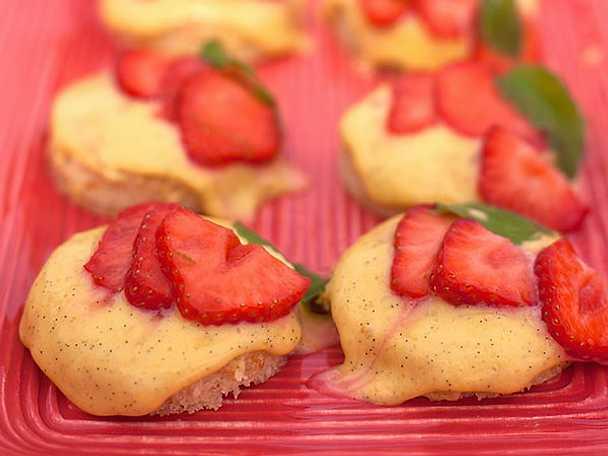 Lätt mandelkaka med äggkräm och limemarinerade jordgubbar