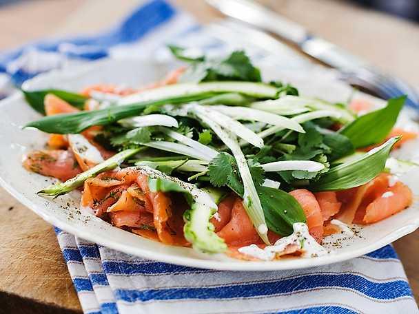 Lättgravad lax med vårblad och sötstark senapsvinaigrette