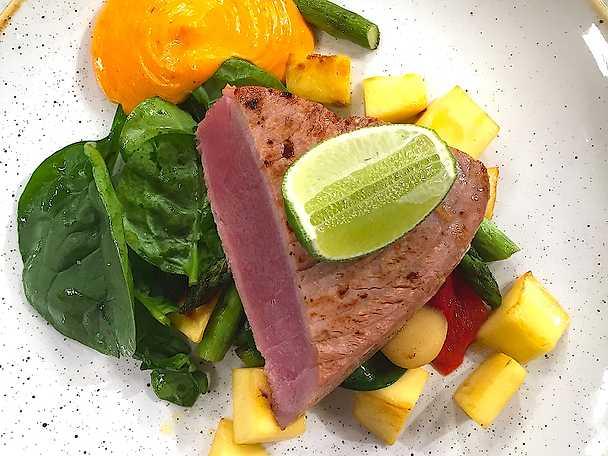 Lättstekt tonfisk med en ljummen sparrissallad och rouille