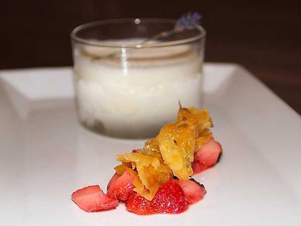 Lavendelglass med flamberade jordgubbar och knäckflarn