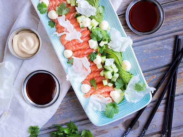 Lax med sojamajonnäs avokado och puffat rispapper