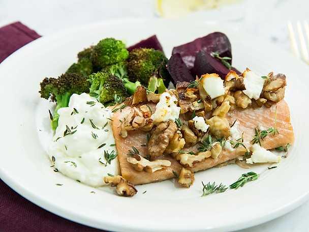 Laxplåt med rödbetor, broccoli och fetaostkräm