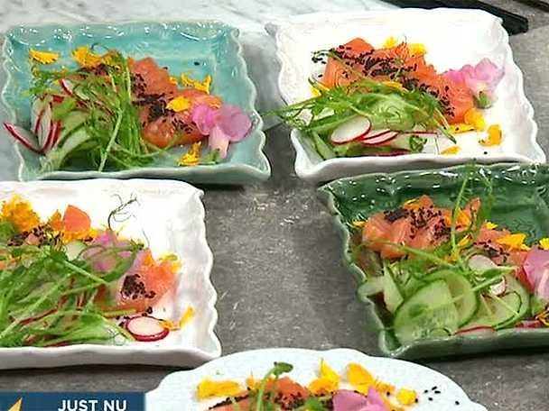 Laxsashimi med ponzusås och rädis-och gurksallad