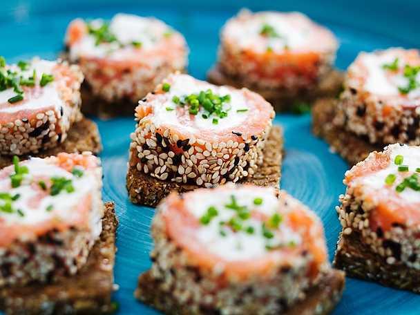 Laxsnurror med wasabi på rågbröd
