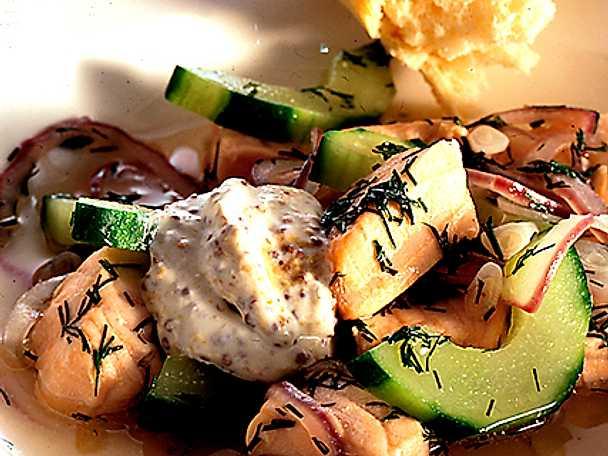 Laxsoppa med gurka och kall senapssås