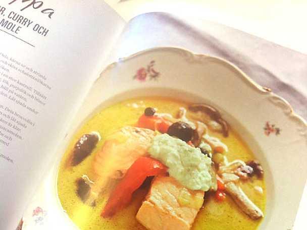 Laxsoppa med svarta bönor och curry