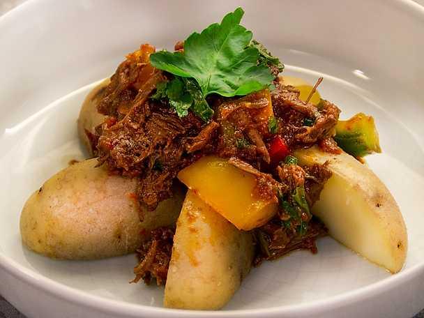Leczo med kokt potatis och rostbiff