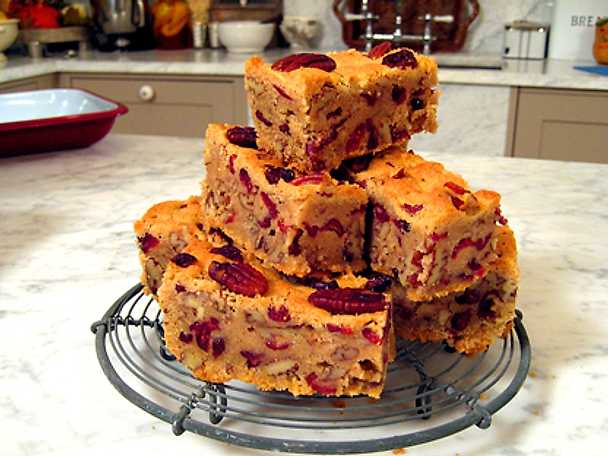 Leila Lindholms pecan & cranberry bars