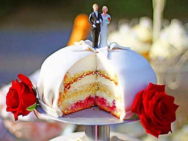 Leilas bröllopstårta på ställning