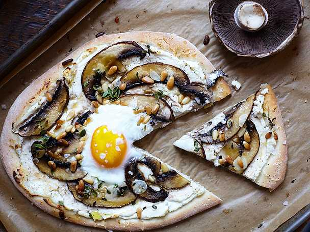 Leilas pizza bianca med svamp och ägg