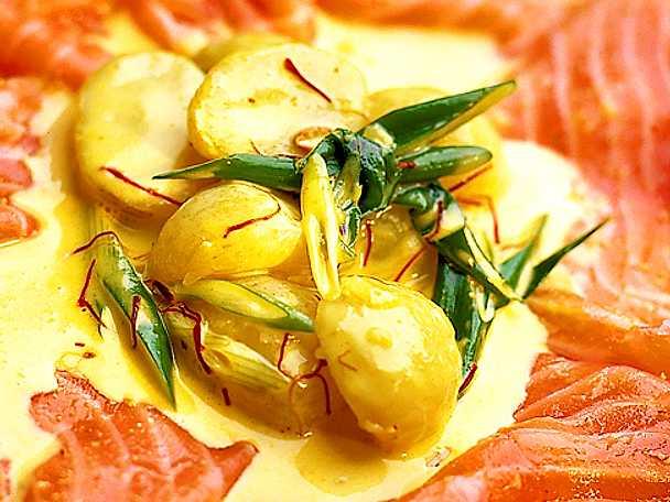 Lenrimmad lax med saffransstuvad potatis