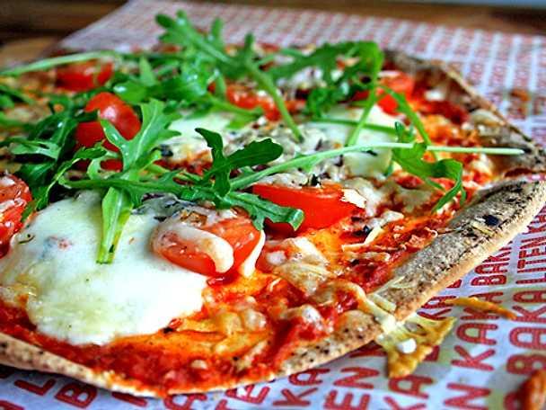 Libapizza med salami och ajvar relish