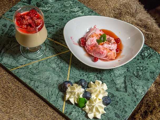Lingonmousse, blåbär med punschgrädde och åkerbärspannacotta