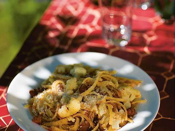 Linguine con cavolfiori, pane tostato e pan grattato tostato - pasta med blomkål och chili
