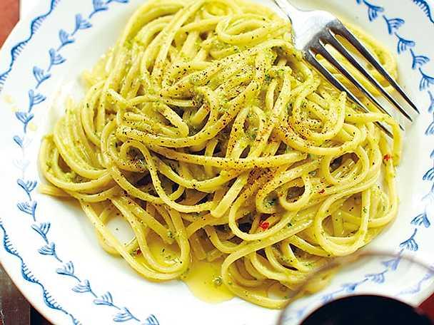 Linguine med basilika, pistaschnötter och parmesanost