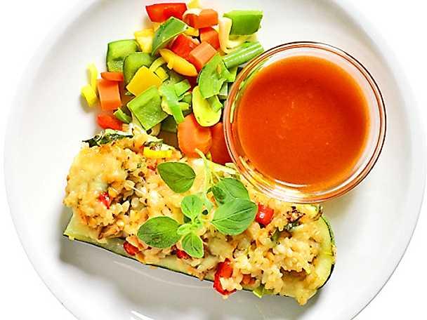 Lins- och risfylld zucchini med tomatsås