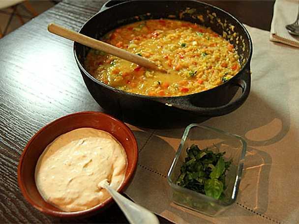 Linsgryta med curry-och paprikakräm