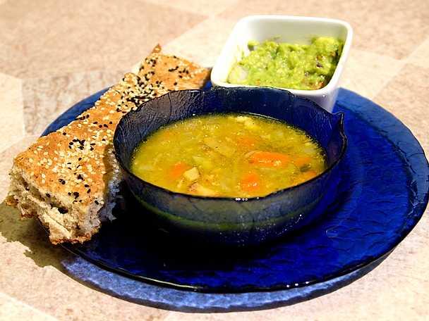 Linssoppa med hembakat bröd och avokadoröra