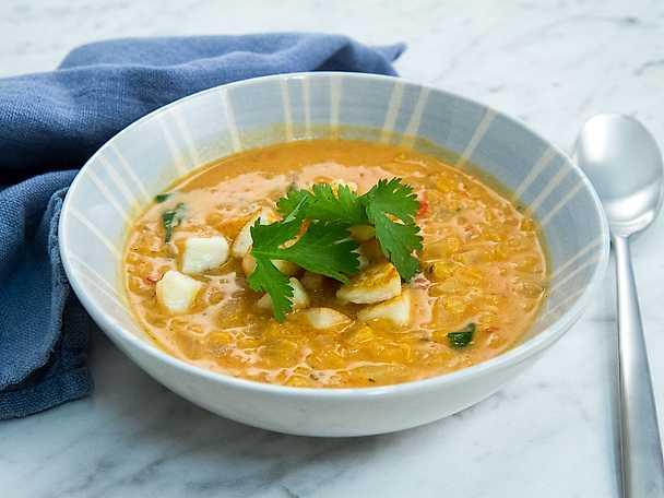 Linssoppa med kokosmjölk, tomat och halloumitärningar