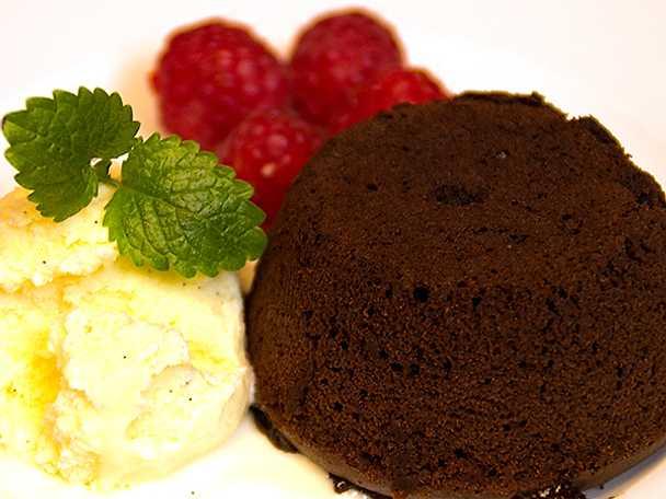 Ljummen chokladfondant med vaniljglass och färska hallon