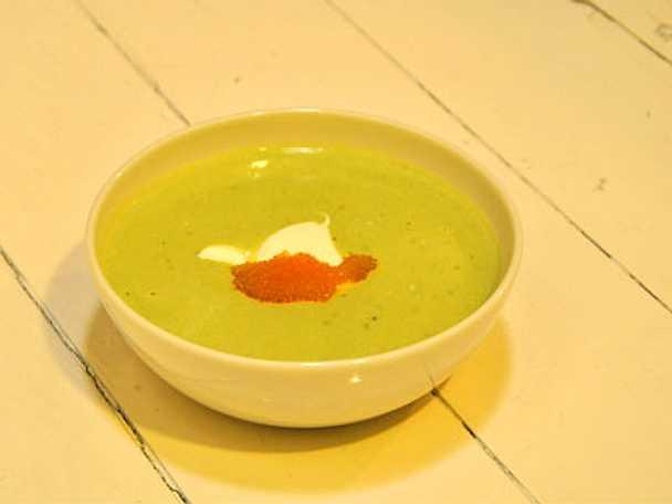Ljummen krämig avokadosoppa med crème fraiche och löjrom