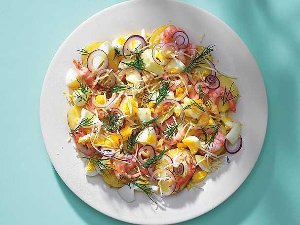 Ljummen potatissallad med ägg, brynt smör, dill, pepparrot och räkor
