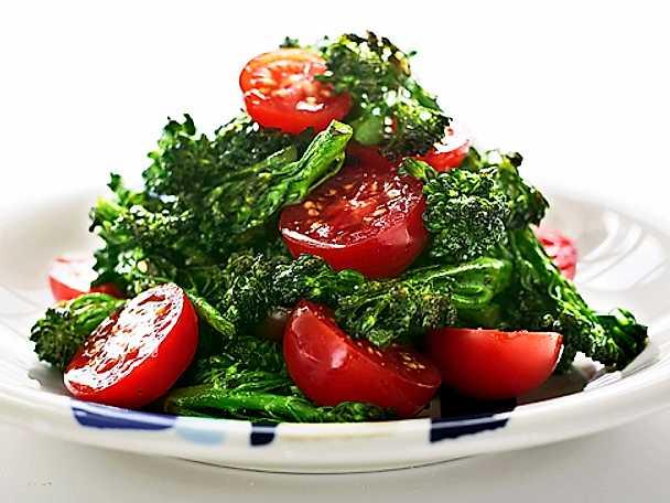 Ljummen sallad med broccoli och tomat