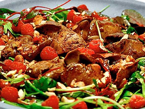 Ljummen sallad med kycklinglever, nötter och hallon