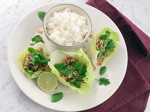 Ljummen thaisallad med kyckling och rostat ris