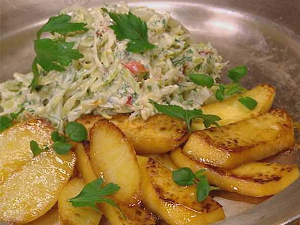 Ljummen vitkåls- och äppelsallad med honungspotatis och kålrot